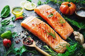 cuisiner un filet de saumon filet de saumon frais aux herbes aromatiques épices et légumes