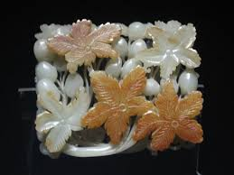file jade ornament with grape design jpg wikimedia commons