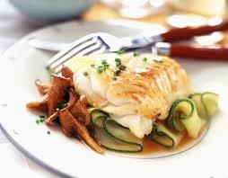 cuisiner un dos de cabillaud filet de cabillaud aux girolles et courgettes cuisine
