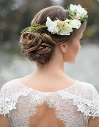 fleurs cheveux mariage coiffure mariée avec couronne de fleurs les plus jolies