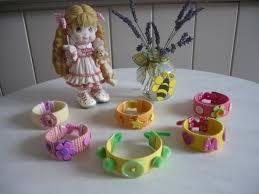 creation avec des rouleaux de papier toilette des bracelets avec le rouleau en carton du papier toilette botte