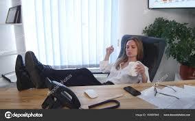 image pause café bureau employé de bureau prenant une pause café avec ses pieds nus a