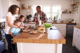 cuisine famille famille à la maison mangeant le petit déjeuner dans la cuisine