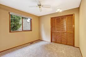 chambre peche intérieur vide de chambre à coucher dans la couleur douce de pêche
