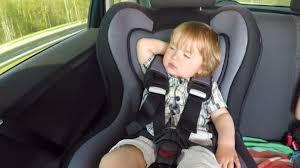 siege auto enfant age enfant s endort dans un siège auto promenades en enfant bébé garçon
