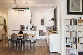 cuisine appartement parisien un appartement à la cuisine ouverte une hirondelle dans les tiroirs