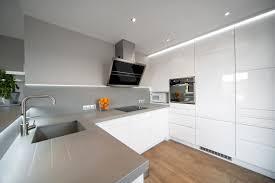 cuisine contemporaine grise cuisine contemporaine grise et blanche réhabilitation intérieure