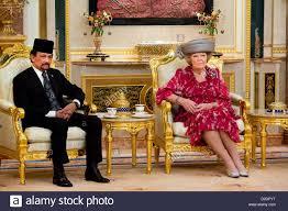 sultan hassanal bolkiah sultan hassanal bolkiah of brunei welcomes dutch queen beatrix in