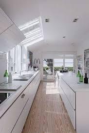 cuisine blanche parquet cuisine blanche en longueur déco avec parquet