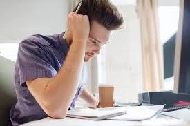 le sexe au bureau employé de bureau de sexe masculin créatif avec la pensée de café