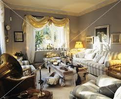 wohnzimmer weihnachtlich dekorieren weihnachtlich dekoriertes wohnzimmer mit grau gestreifter