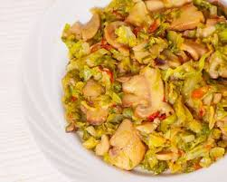 cuisiner du chou vert recette poêlée de chou vert chignons lardons