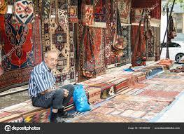 venditore di tappeti un anziano venditore di tappeti â foto editoriale stock â nikey