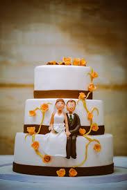hochzeitstorte brautpaar hochzeitstorte braun orange mit brautpaar aus marzipan