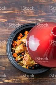 cuisine marocaine traditionnelle tajine avec du poulet et des légumes préparés une cuisine marocaine
