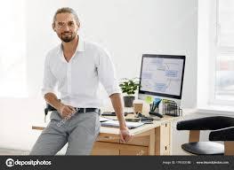 sexe au bureau travailleur de sexe masculin confiant debout dans le bureau
