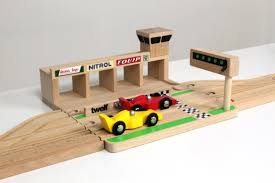 wooden toy race track of ikonic toys high end houten speelgoed