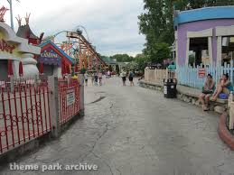 Six Flags Movies Theme Park Archive Looney Tunes Movie Town At Six Flags New England