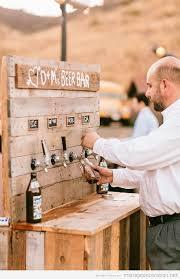 ton mariage une barre en bois avec des tireuses à bière une idée parfaite