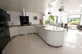 plan de travail arrondi cuisine cuisine arrondie avec un plan de travail en granit gris jaune