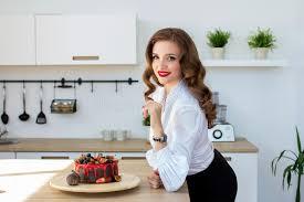 qui fait la cuisine la femme a fait le gâteau dans la cuisine image stock