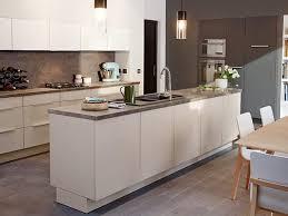 castorama plan de travail cuisine une cuisine castorama blanche avec un plan de travail en bois