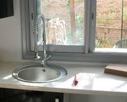 l evier de cuisine l évier sous la fenêtre est ce une obligation ou une fatalité