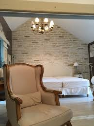 chambre style vintage idée déco avec seulement un pan de mur en fausse decopierre