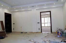 pitturare soffitto come dipingere pilastri e travi nel salotto