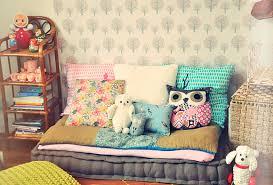 coussin chambre fille banquette grise et coussins pour habiller une chambre enfant deco