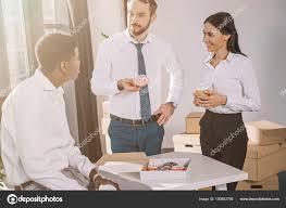 image pause café bureau souriant multiethniques collègues parler regardant autre pendant