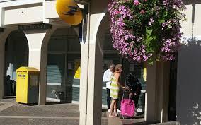 bureau de poste rueil malmaison rueil une guichetière de la poste braquée à l essence le parisien
