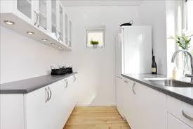 cuisine etroite cuisine étroite blanche plan de travail stratifié gris
