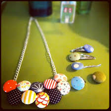Handmade Fabric Crafts - dit craft fabric button necklace on www dearhandmadelife