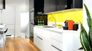 cuisine jaune et blanche cuisine jaune et blanche pour cuisine cuisine blanche et mur jaune