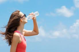 due litri di acqua quanti bicchieri sono caldo record quanta acqua bere per non disidratarsi donnad