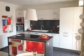 cuisiniste antibes réalisations cuisine îlot central avec niches déco personnalisées