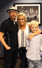 does jenny mccarthy have hair extensions with her bob jenny mccarthy and donnie wahlberg tie the knot jenny mccarthy