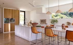 la cocina de dm lacado blanco y frentes de madera de roble