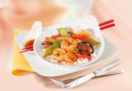 cuisiner au wok wok épicé de crevettes et légumes cuisine des tendances