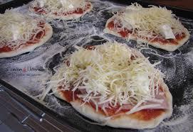 cuisiner une pizza recette pâte à pizza sans temps de repos le de cuisine