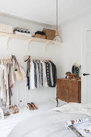 Schlafzimmer Schrankwand Schlafzimmer Mit Offenem Kleiderschrank Und Antiken Möbeln