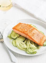 cuisiner du fenouil frais saumon sur salade de concombre et de fenouil ricardo