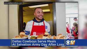 dallas cowboys serve thanksgiving meals