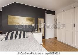 chambre noir blanc accents noir blanc or chambre à coucher or bois photo de
