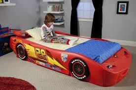 chambre garcon cars le lit voiture pour la chambre de votre enfant archzine fr