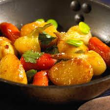 cuisiner aubergine a la poele recette poêlée de pommes de terre nouvelles et autres légumes