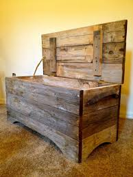 Build A Toy Box Chest by Best 25 Wood Chest Ideas On Pinterest Pallet Chest Pallet Toy