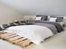 chambre style lit en palette dans une chambre style