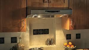 installation de la hotte de cuisine l installation d une hotte en six é rénovation bricolage
